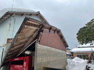 新潟市秋葉区で木造農舎屋根が大雪で損壊。造り替えを余儀なくされる被害状況