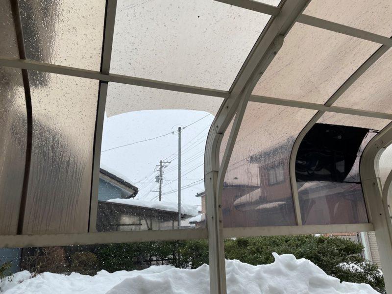 雪害によるポリカ屋根アーチ型カーポート破損
