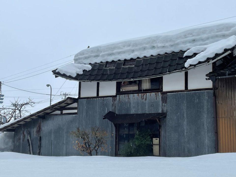 積雪で瓦葺き屋根物置小屋の軒が折れた新発田市の雪害事故