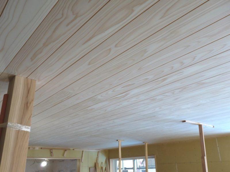 秋葉区朝日の家 木目が美しい杉のリビング天井
