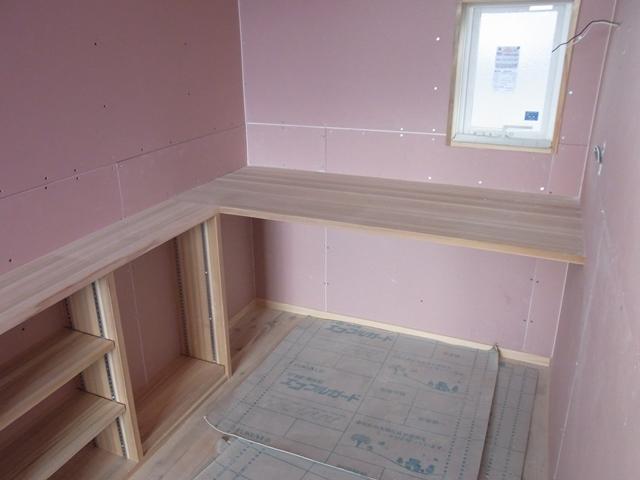 こちらの杉集成材キッチンサイドパネルのデザインはY様邸ではじめて採用させていただきました。 カウンター(こちらも杉集成材)と一体となった納まりで、すっきりとまとまっています。
